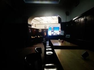 wirtshaus-spitz-spitz-brauhaus-straßenfest-innen-sitzen-essen